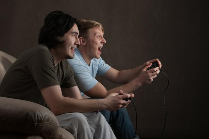 canapé-design-canape-confort-cuir-dans-la-maison-jeux-vidéo-avec-des-amis