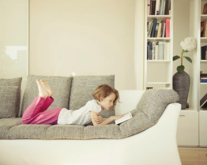canapé-lit-confortable-salle-de-séjour-ambiance-lisant-lire-enfant-sur-sofa