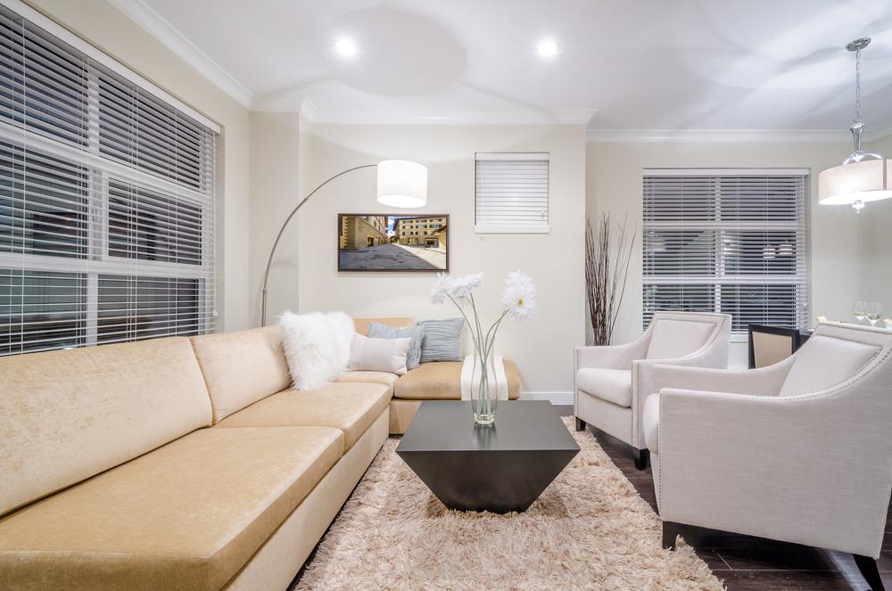 canape-d-angle-table-basse-dans-le-salon-blanc-vase-fleurs-lustre-salon-tapis-shaggy