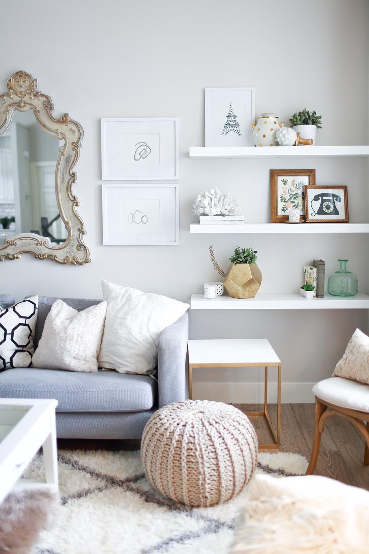 canape-gris-table-ronde-basse-salle-de-sejour-tapis-shaggy-blanc.-chaise-bois-et-blanc
