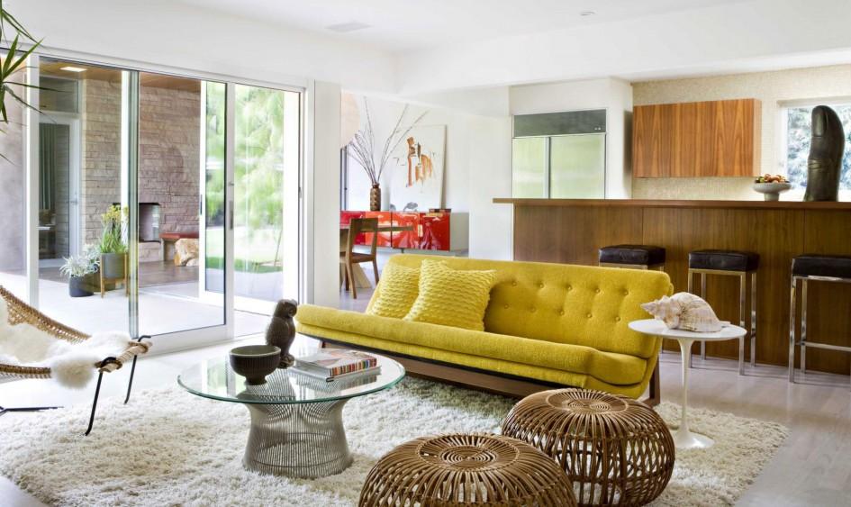 canape-jaune-table-ronde-basse-salle-de-sejour-tapis-shaggy-blanc.-chaise-bois-et-blanc