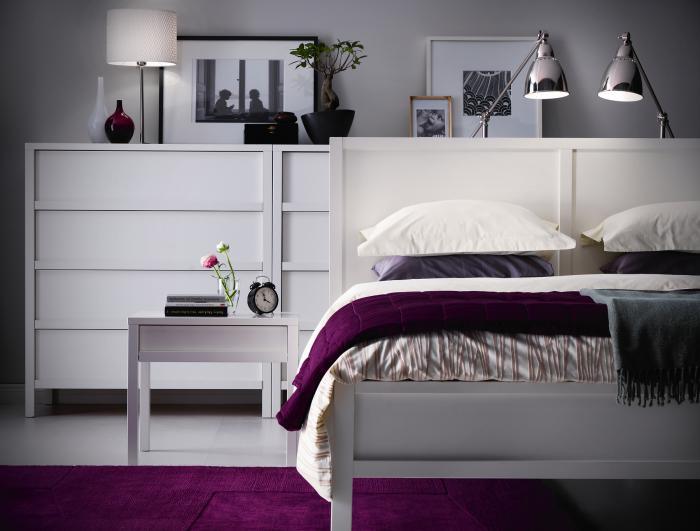 chambre-à-coucher-moderne-en-blanc-et-lilas