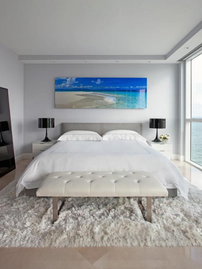 chambre-à-coucher-moderne-tapis-blanc-banquette-de-lit