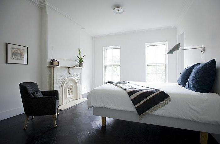chambre-a-coucher-avec-savon-noir-parquet-chaise-noire-et-murs-blancs-plafond-blanc