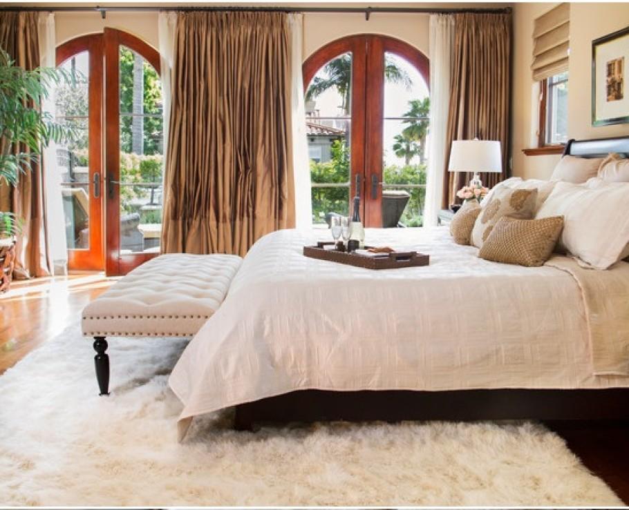 chambre-a-coucher-bien-amenagee-avec-tapis-blanc-shaggy-et-belle-vue