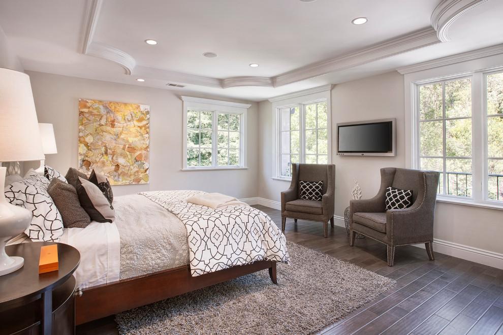 chambre-a-coucher-bien-amenagee-avec-tapis-blanc-shaggy-lit-coussines-fauteuils-olie