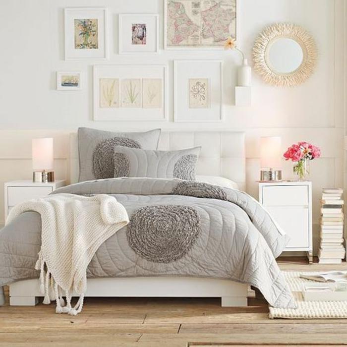 chambre-a-coucher-moderne-avec-parquet-en-bois-clair-et-tete-de-lit-captionnée-blanc-en-cuir