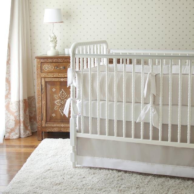 chambre-bebe-belle-idees-decoration-animaux-peleuche-fauteuil-style-en-beige-et-tapis-shaggy-blanc--linge-bebe