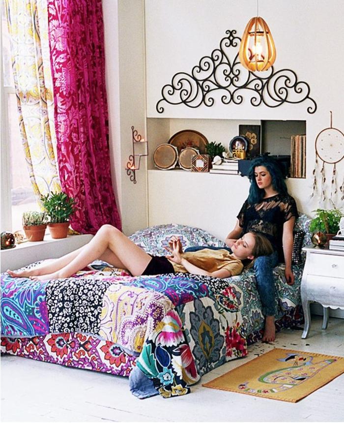 chambre-de-fille-ado-rideaux-roses-longs-lit-avec-couverture-coloré