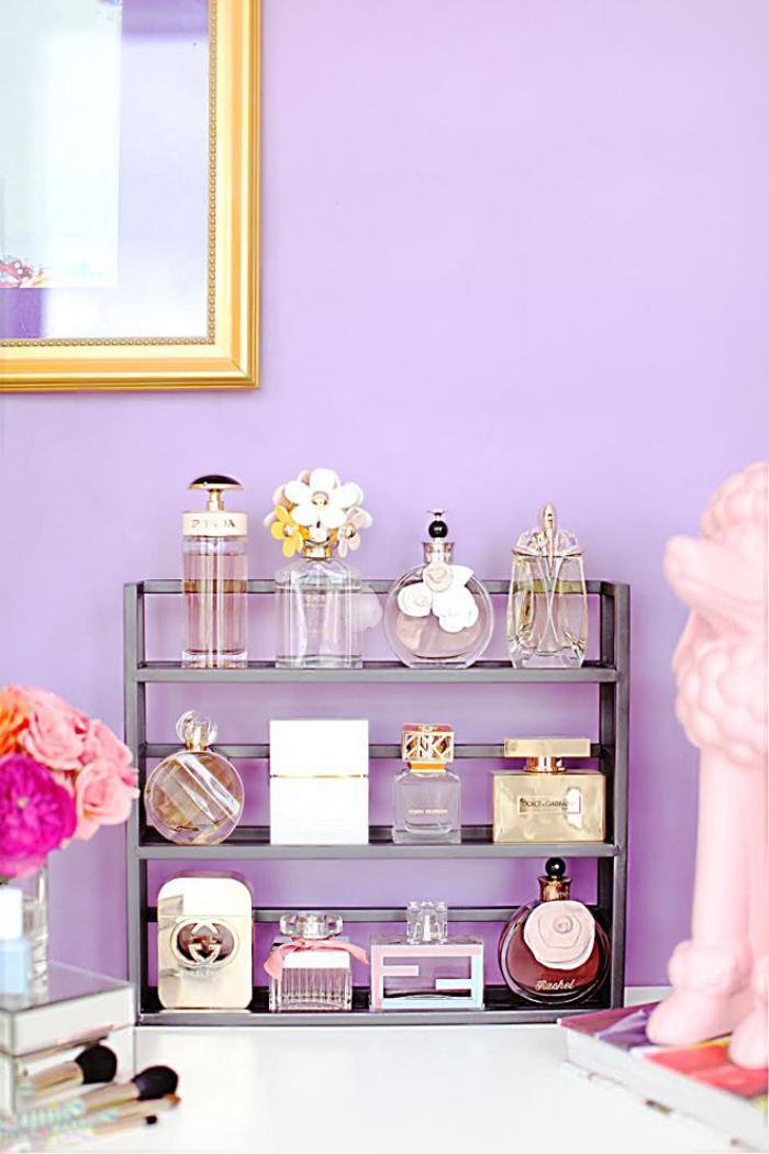 chambre-violette-décor-doux-rangement-d'accessoires