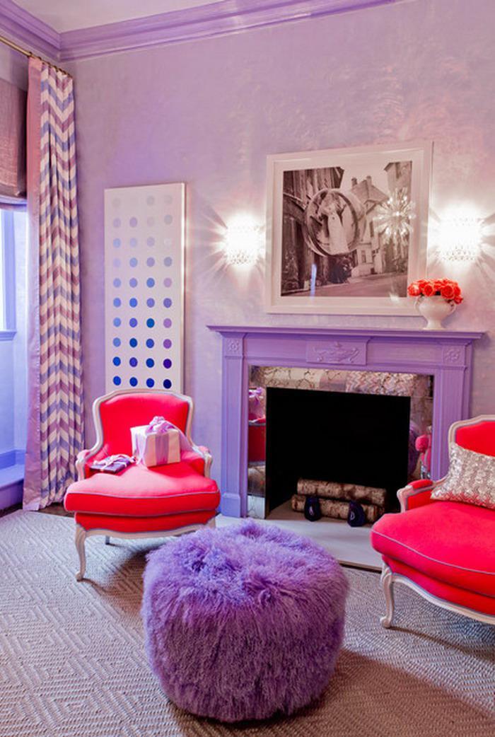 chambre-violette-pouf-fausse-cheminée-et-deux-fauteuils-baroques