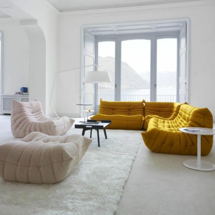 chauffeuse-pas-cher-beige-et-jaune-pour-le-salon-d-esprit-moderne-murs-blancs