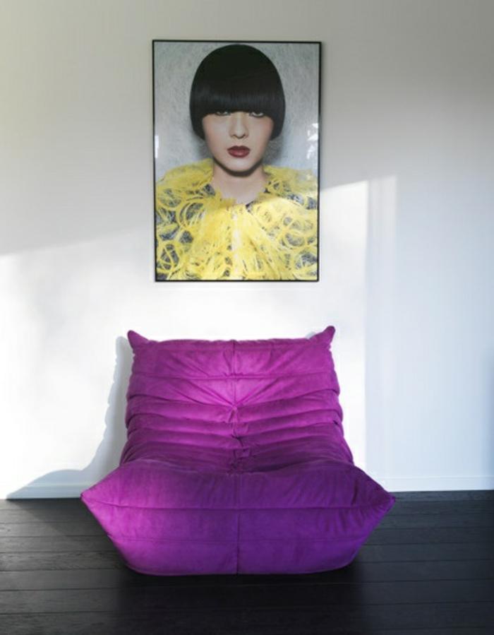 chauffeuse-pas-cher-de-couleur-violette-et-sol-en-planchers-gris-en-bois-pour-le-salon-moderne