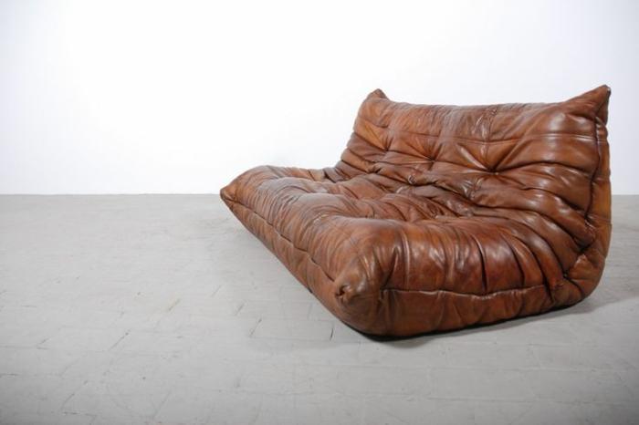 chauffeuse-pas-cher-en-cuir-marron-foncé-sol-en-beton-ciré-comment-creer-une-ambiance-moderne