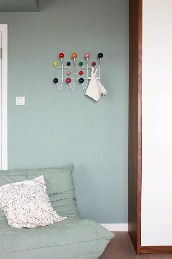 chauffeuses-bultex-bleu-ciel-dans-le-salon-moderne-murs-de-salon-bleu-ciel