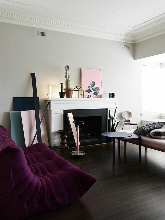 chauffeuses-bultex-violettes-pour-un-salon-d-esprit-baroque-classique-avec-cheminee-d-interieur