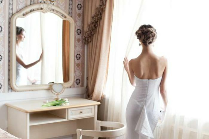coiffeuse-avec-miroir-coiffeuse-meuble-fly-dans-la-chambre-a-coucher-moderne-rideuax-longs-dans-la-chambre-a-coucher
