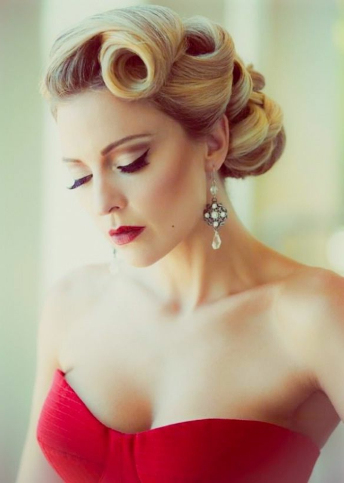 coiffure-facile-cheveux-mi-long-blonde-levres-rouges-robe-rouge-jolie-fille-elegante