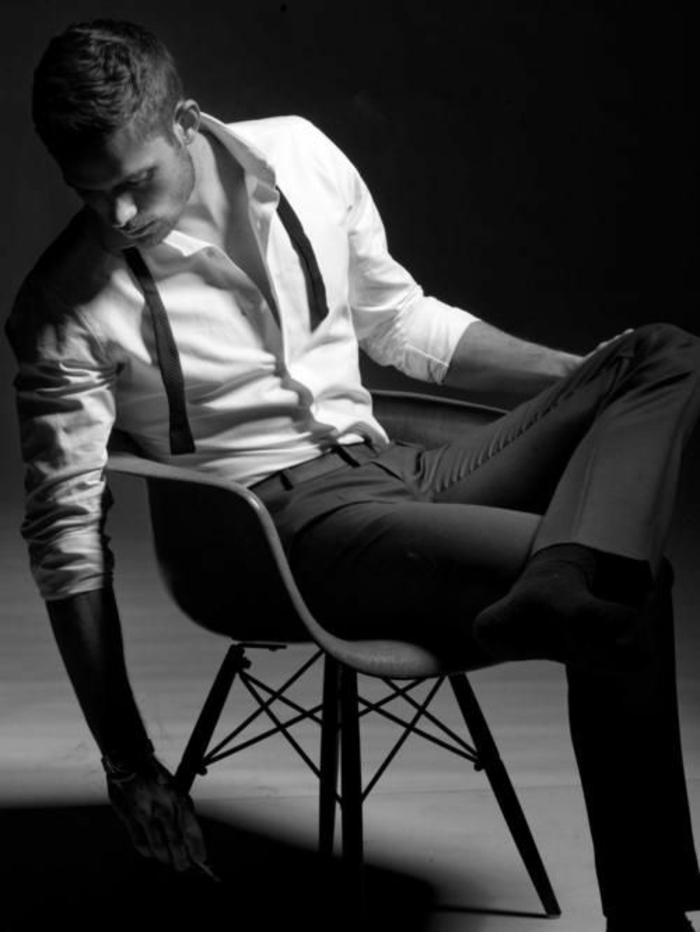 comment-s-habiller-bien-avec-coutume-et-noeud-homme-photo-noir-et-blanc