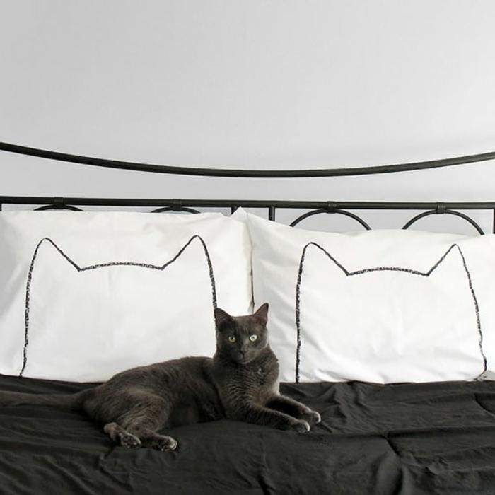 confort-sur-le-lit-la-taie-d-oreiller-tête-d-oreiller-idée-le-chat