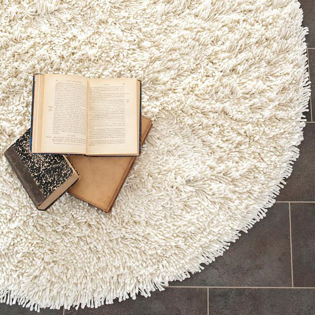 cool-idee-pour-la-salle-de-sejour-se-repouser-avec-un-livre-tapis-rond-shaggy