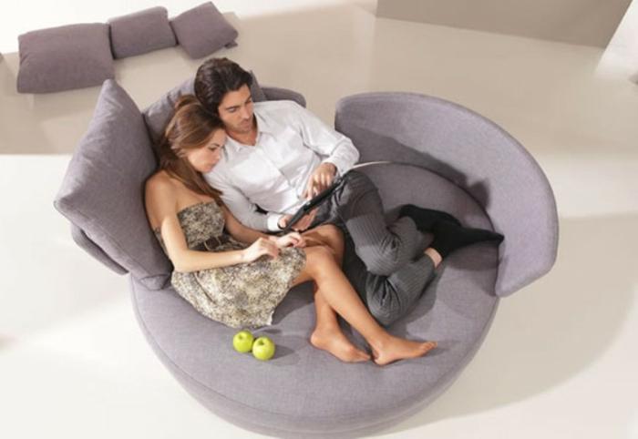 cosy-salle-de-séjour-couple-sur-canapé-convertible-confortable-gris