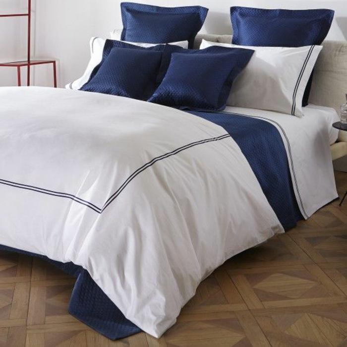 couette-bicolore-lit-chamber-à-coucher-aménagée-bleu-blanc-bicouleur