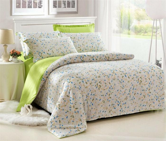 couette-bicolore-lit-chamber-à-coucher-aménagée-en-vert