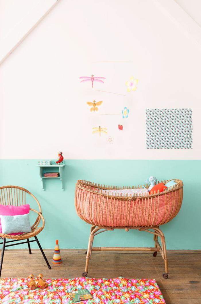 couffin-pour-bébé-avec-support-sur-des-roues-jolie-chambre-bébé
