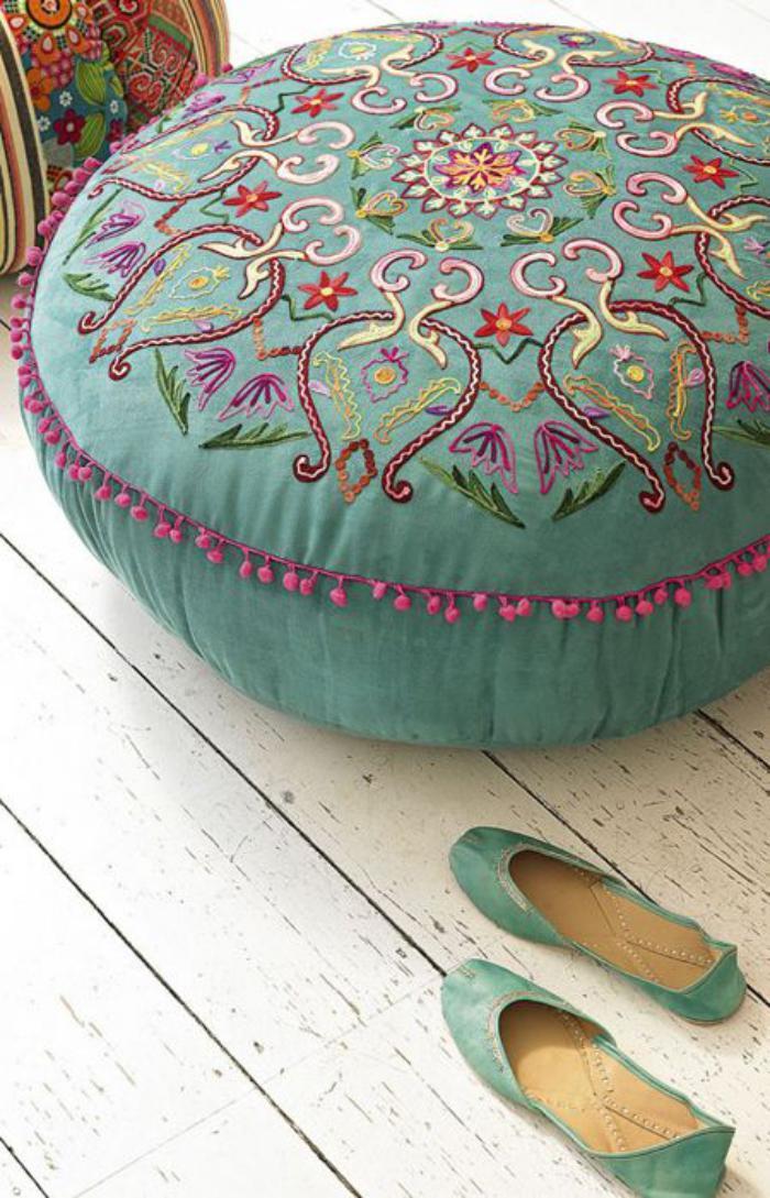 coussins-de-sol-broderie-multicolore-sur-coussin-turquoise