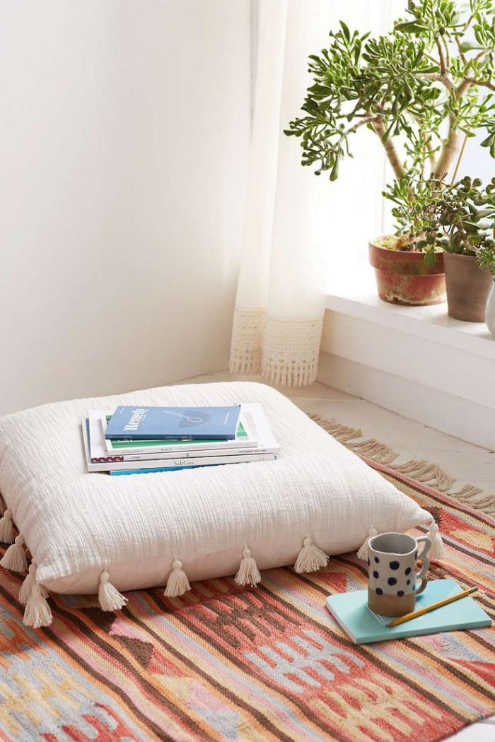 coussins-de-sol-coussin-sur-une-carpette-rustique