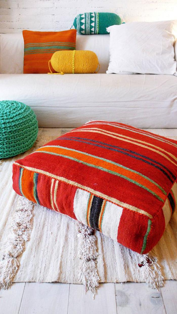 coussins de sol, coussins colorés et intérieur blanc