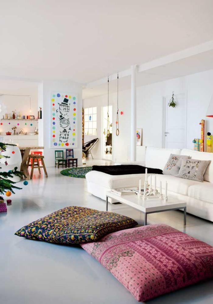 coussins de sol, salon original en blanc et beaux coussins de sol