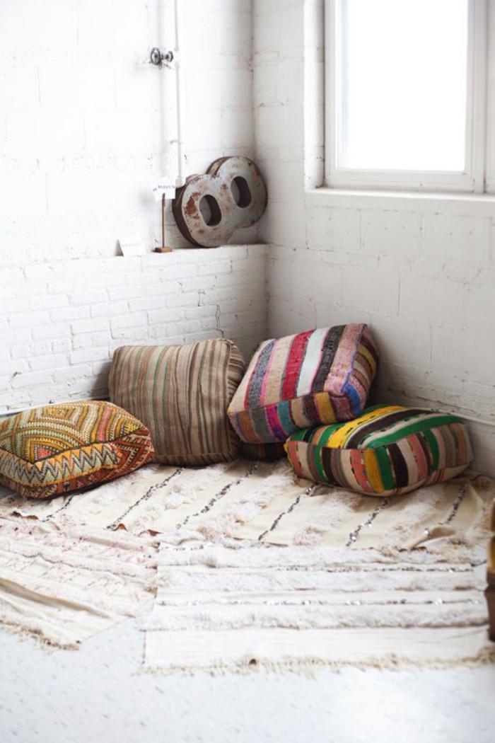 coussins-de-sol-jolis-en-couleurs-vives