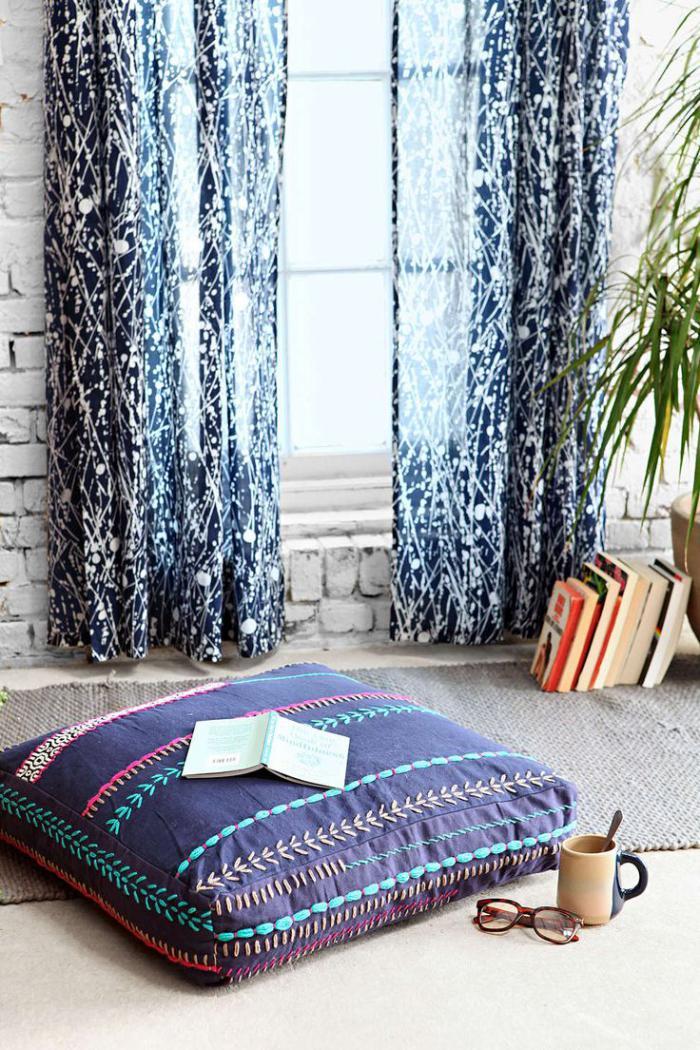 coussins-de-sol-rideaux-bleus-et-coussin-bleu