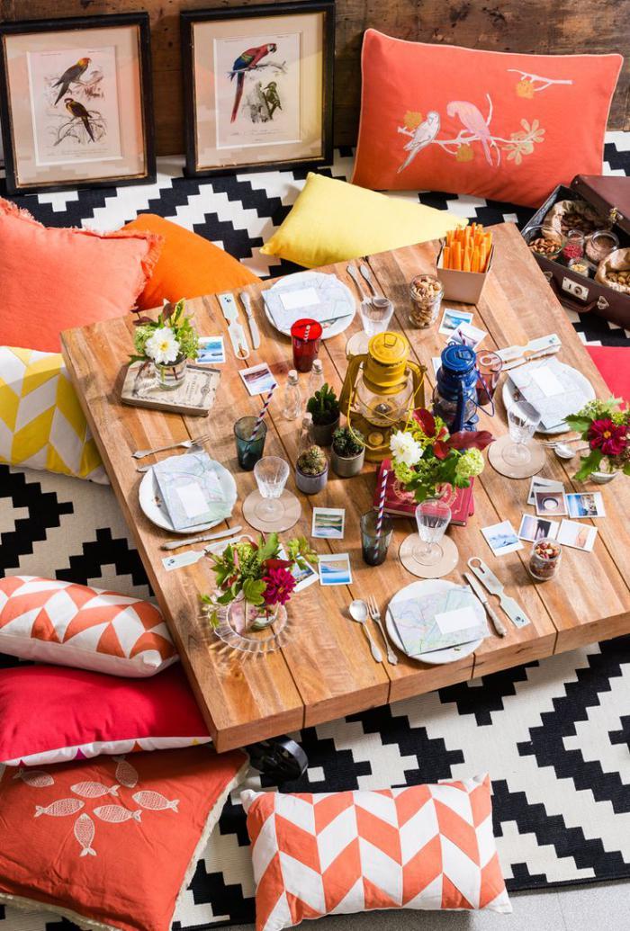 coussins-de-sol-tapis-géométrique-table-basse-bois