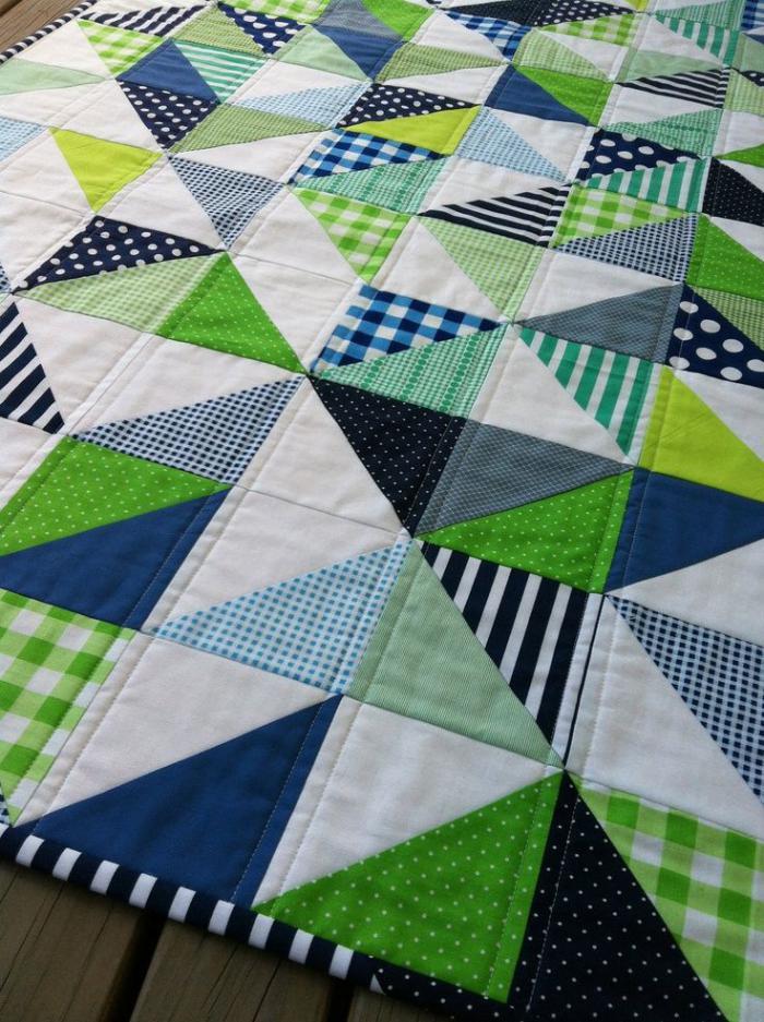 couverture-patchwork-avec-triangles-en-textile-multicolore