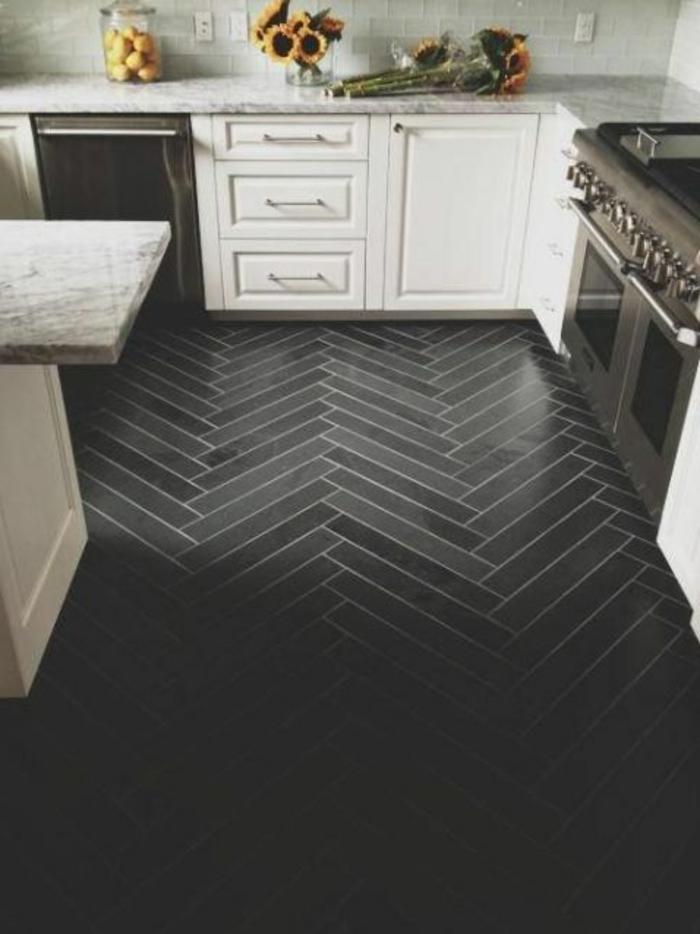 cuisine-avec-parquet-noir-meubles-blancs-dans-la-cuisine-moderne-fleurs-sur-les-meubles-dans-la-cuisine