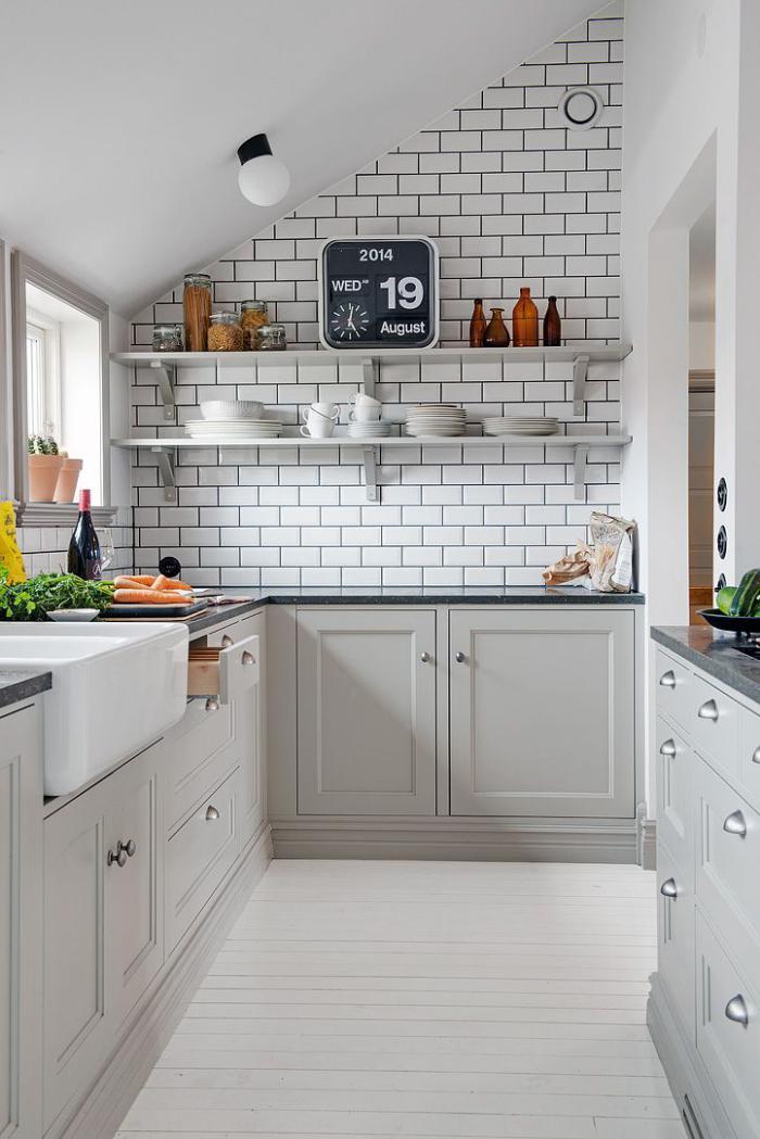 cuisine-scandinave-étagères-blanches-planches-de-bois