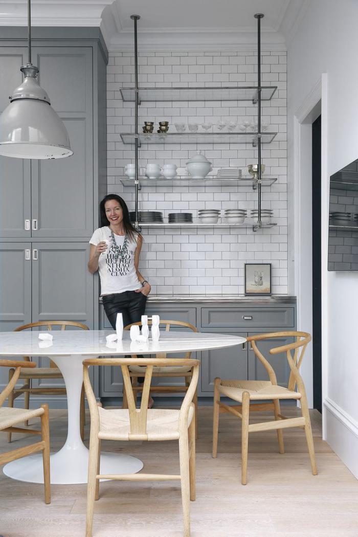 cuisine-scandinave-étagères-suspendues-métalliques-et-verre