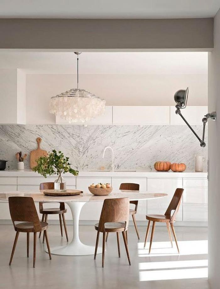 cuisine-scandinave-belle-cuisine-en-blanc-table-ovale-et-chaises-en-bois