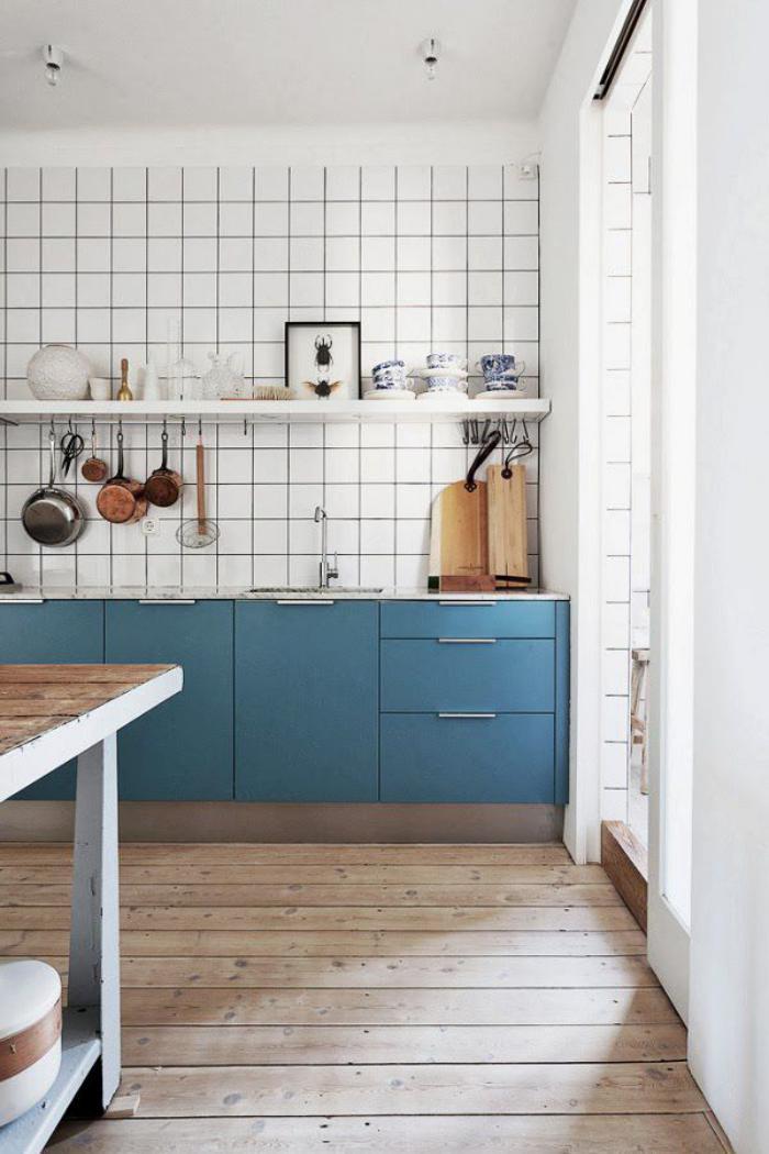 cuisine-scandinave-carrelage-mural-blanc-et-placards-bleus