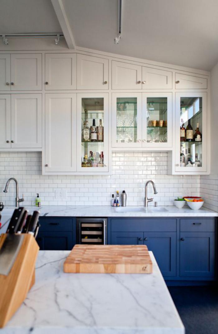 cuisine-scandinave-comptoir-en-marbre-placards-bleus
