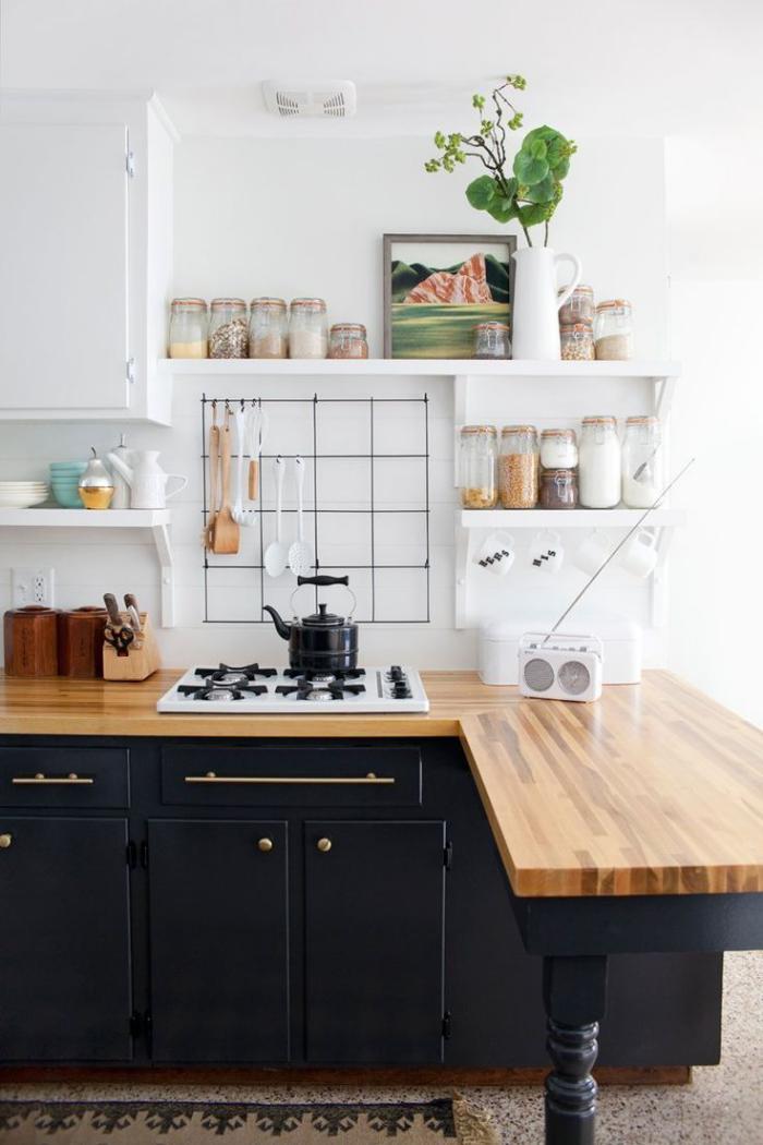 cuisine-scandinave-déco-en-noir-et-blanc-étagères-flottantes