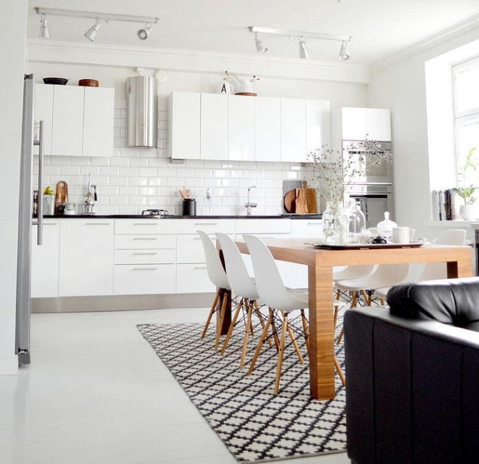 cuisine-scandinave-grande-table-en-bois-et-tapis-carreaux-de-ciment