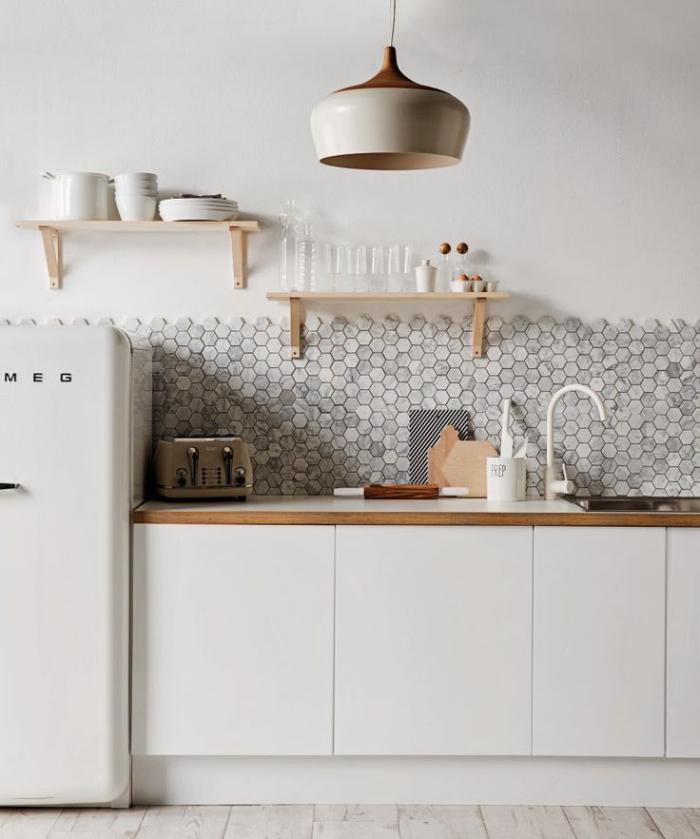 cuisine-scandinave-tuiles-murales-hexagonales-deux-étagères-flottantes