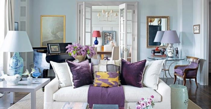 déco-salle-de-séjour-en-violet-claire-couleur-parme-canapé-blanche-bien-décorée
