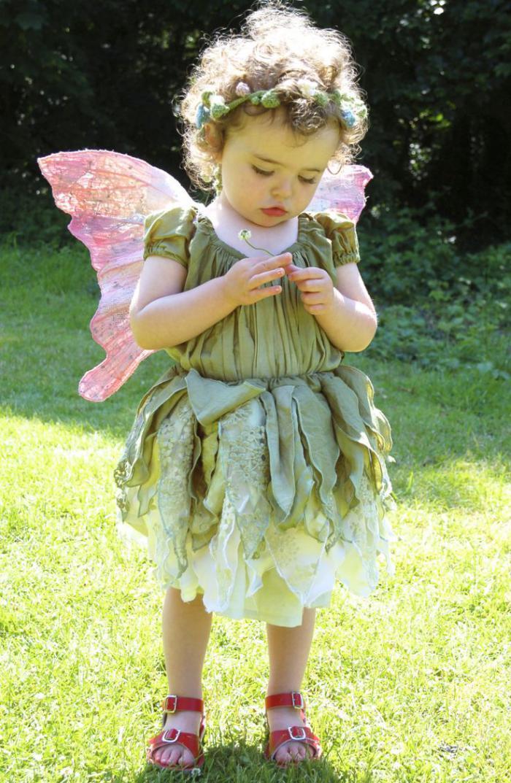 déguisement-fée-clochette-jolie-petite-fille-en-costume-de-fête