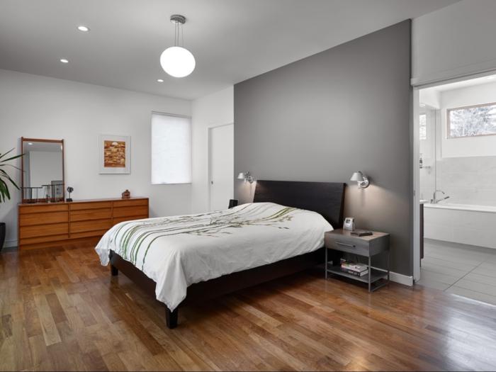 détails-colorés-dans-la-chambre-à-coucher-parquet-en-bois
