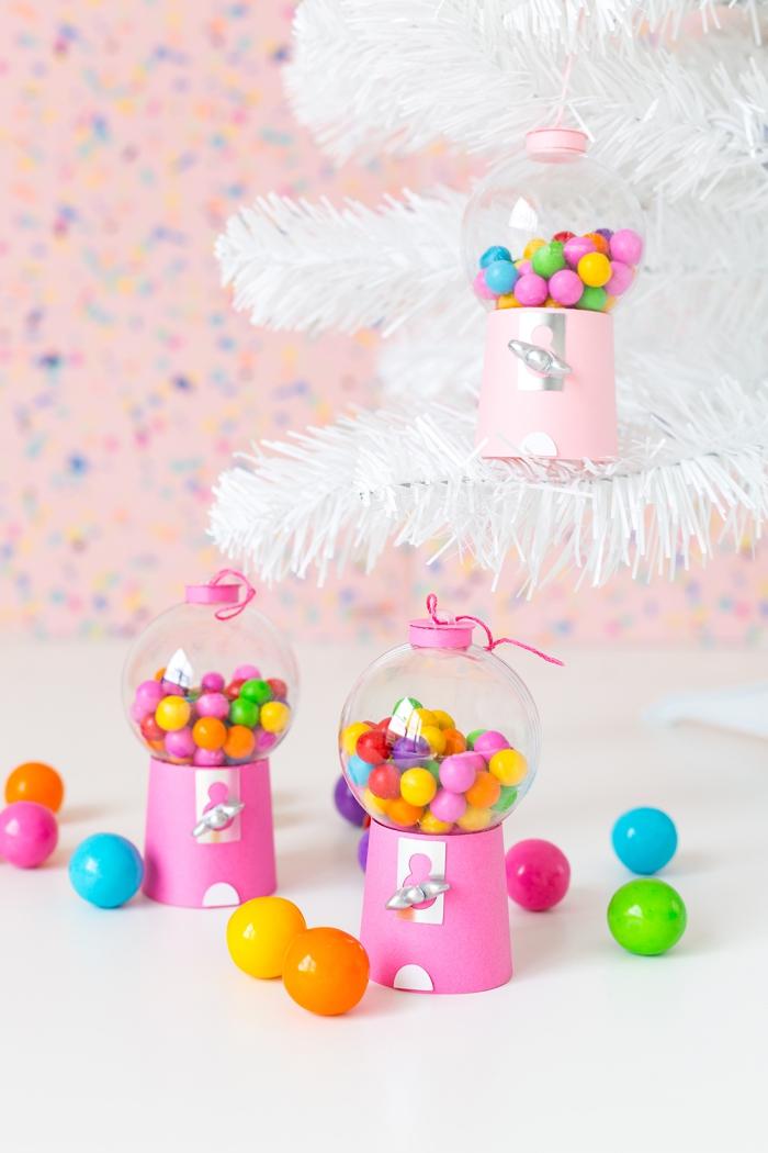 modèle d'ornement de sapin DIY réalisé avec une boule transparente remplie de bonbons comme une deco noel fait main facile
